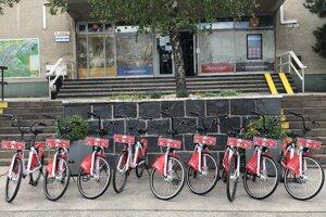 Shared red bikes in Rača.