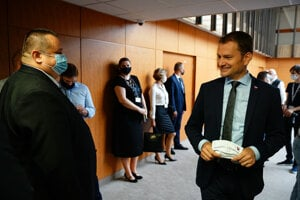 PM Igor Matovič (r) and chief hygienist Ján Mikas (l) before August 12 cabinet session.