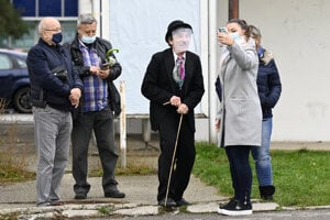 """Charlie Chaplin"" entertaining people waiting for testing in Trenčín on October 31."