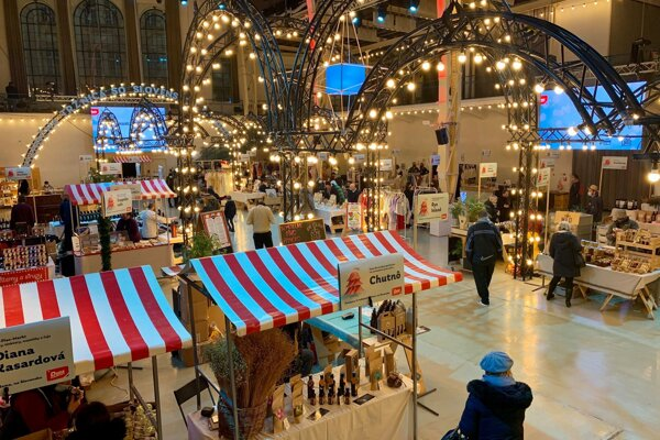 Bratislava's Old Market Hall will provide visitors with Christmas vibes in the coming four weeks. Each week, from Wednesday to Saturday, people can do a little bit of Christmas shopping at the venue.
