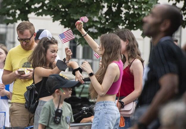 Ľudia oslavujú Deň nezávislosti Spojených štátov počas hudobnej udalosti v teréne v Bratislave 13. júla 2021.