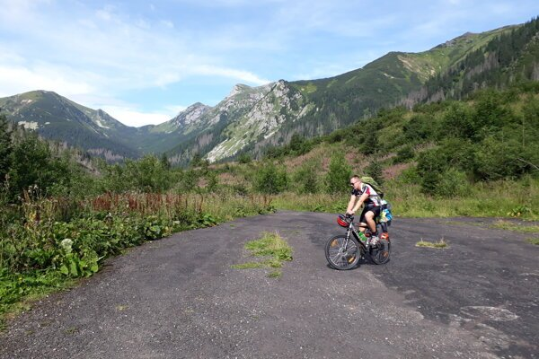 Several cycling routes run across the higher parts of the High Tatras, but most of them are quite demanding. The routes in Tichá Dolina and Kôprová Dolina are suitable for less skilled cyclists.