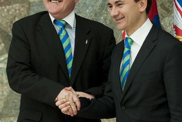 Serbian deputy premier Božidar Djelič passed the Decade presidency on to Dušan Čaplovič (left) in Belgrade