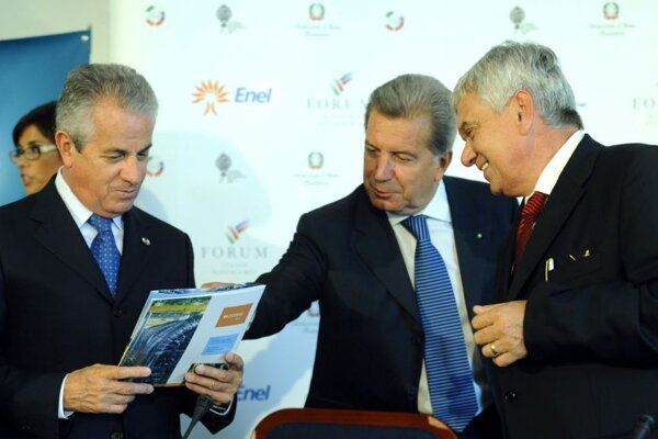 >(From left:) Italian minister Claudio Scajola, Enel Group director general Fulvio Conti and Slovak minister Ľubomír Jahnátek.