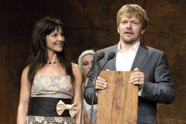 Helena Szabóová (L) and Pavol Remenár accepting this year's top Dosky award.
