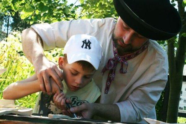 Igor Prilinský teaches children woodcarvng