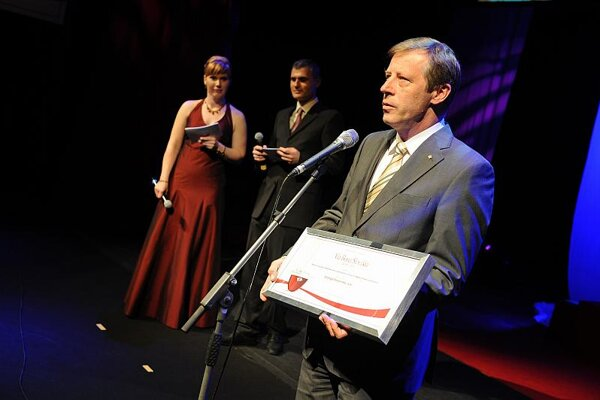 Peter Stenberg (centre), director general of Nera Networks, accepts his firm's Via Bona award.