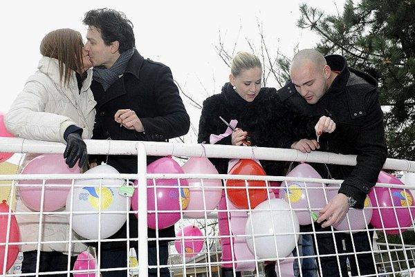 Lock-lured lovers lean on Piešťany's new bridge.