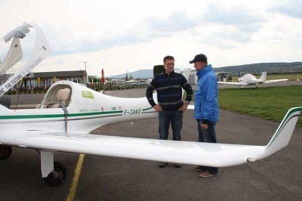 Pilot Lenarčič (L) with constructor of the plane Ján Hrabovský.