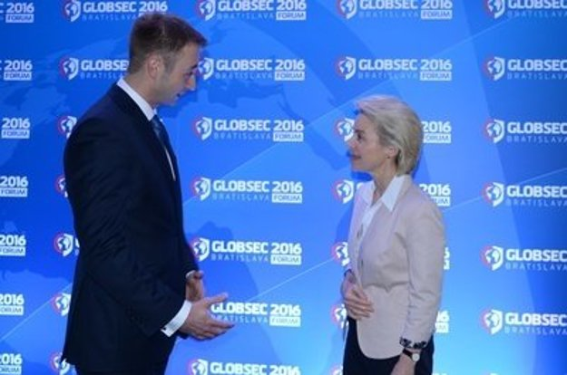 Róbert Vass chatting with German Defence Minister Ursula von der Leyen at Globsec 2016.
