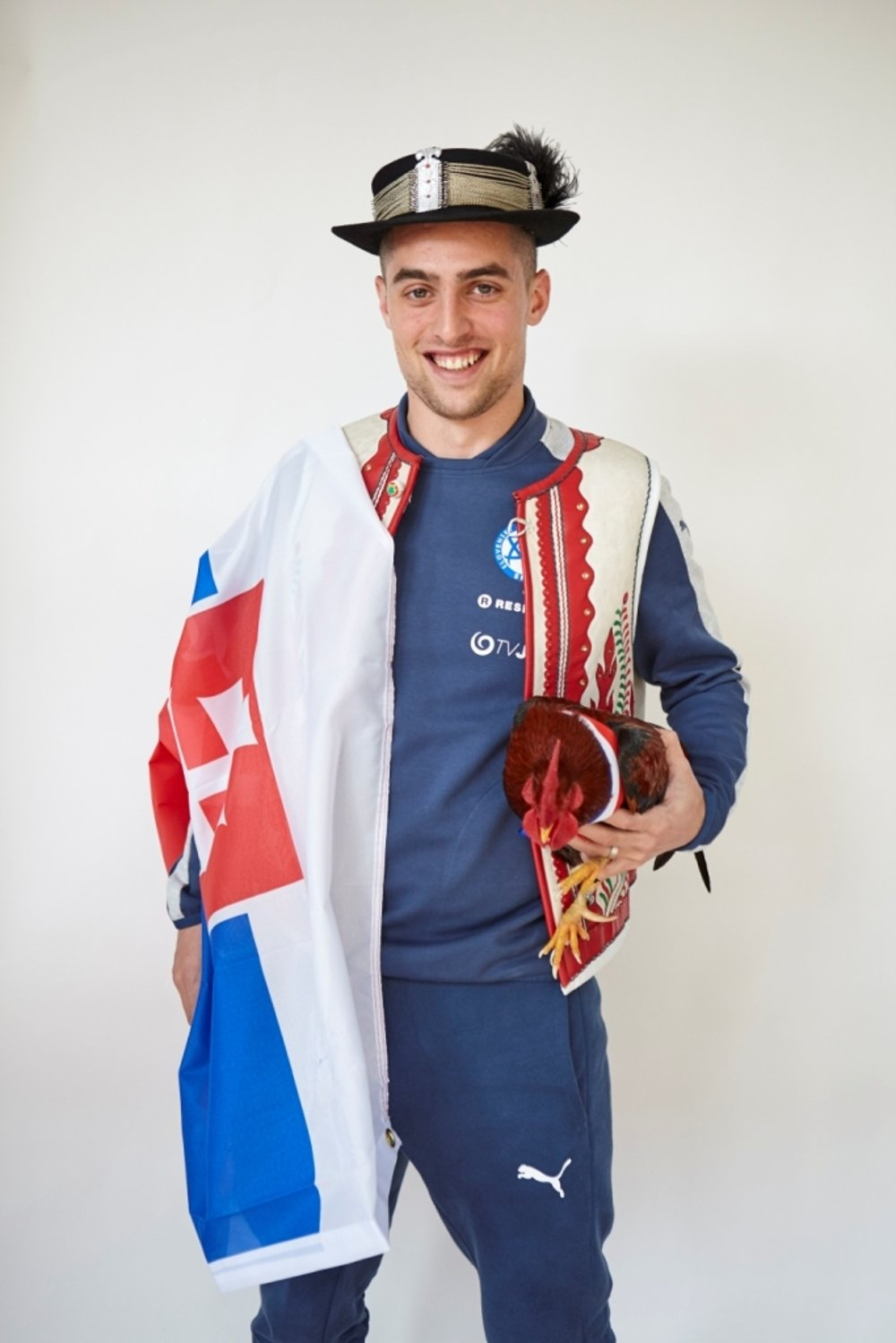 Róbert Mak posed with the rooster and the Slovak flag.