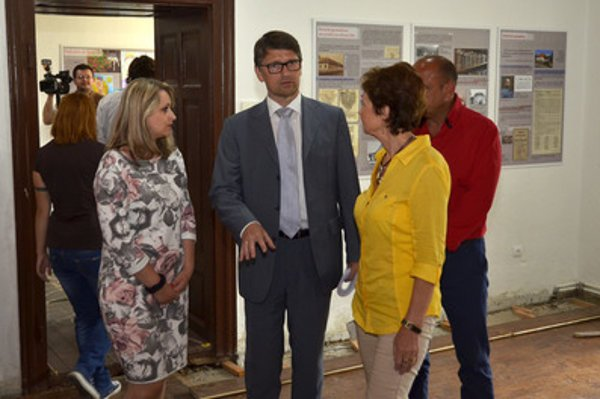 Culture Minister Marek Maďarič (2L) visited the secondary grammar shcool in Revúca.