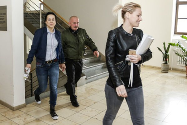 Stanislav Mizík (C) escapes media and journalists in the parliamentary premises, April 27.