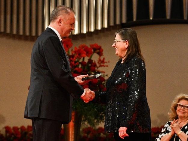 President Kiska also gave a memorial award to actress Zuzana Kronerová.