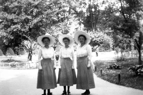 Sisters Neulinger, daughters of the owner of Fajka inn, in the park in Petržalka. 1910-1920
