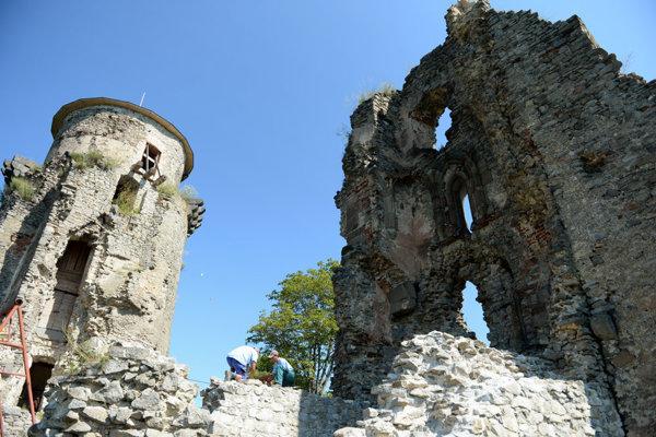 Nebojsa tower (l), Slanec Castle