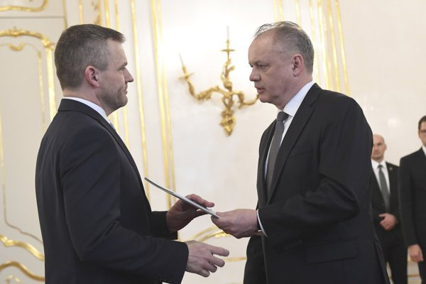 Peter Pellegrini (l), authorised to form a new government, and President Andrej Kiska (r)