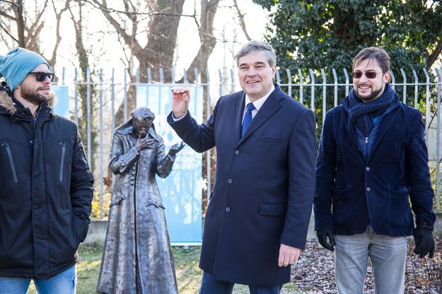 Sculptor Róbert Czingel, BVS general director Zsolt Lukáč and head of FABRIKart Andrej Aleksiev during the launch of the sculpture.