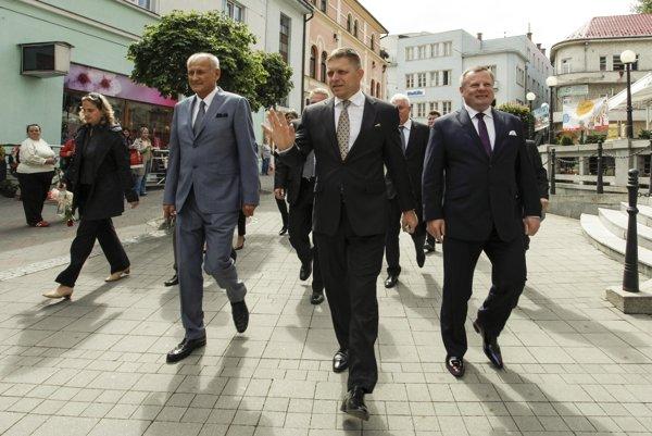 L-R: Ružomberok Mayor Igor Čombor, PM Robert Fico and Milan Fiľo of SCP Mondi.