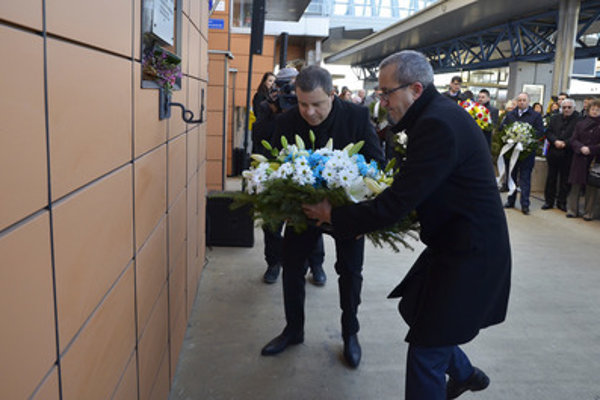 Israeli Ambassador to Slovakia Zvi Aviner Vapni (R) lays wreath to the memorial plaque at the Poprad railway station, commemorating the first transport to Auschwitz.