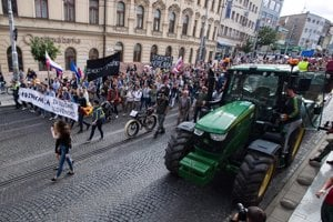 Farmers with tractors awaited the protesting crowd at the SNP Square in Bratislava.