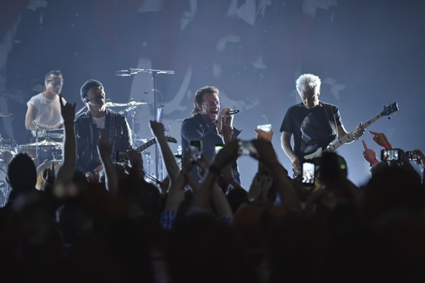 U2 paid tribute on June 11, 2018 to US celebrity chef Anthony Bourdain who committed suicide shortly before.