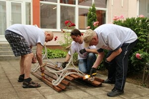 Some volunteers mended a bench in a social house in Košice.