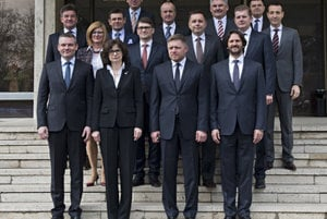 The new government had a photo-session before its first meeting.