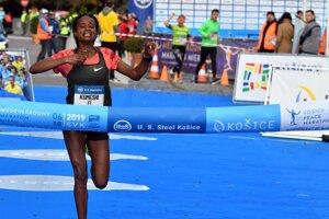 Kumeschi Sichala Deress from Ethiopia crosses the finish line.