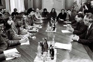 KSS and VPN representatives met at the first debate on November 30, 1989.