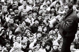 Milan Knazko in front of the protesting crowd, November 27.