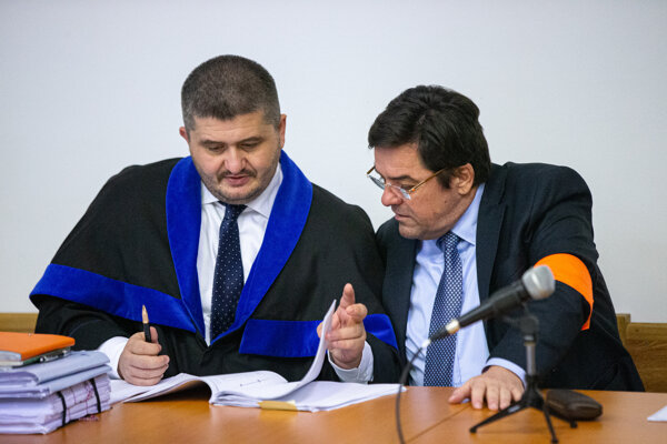 Marian Kočner (r) faces charges for, among others, forging promissory notes.
