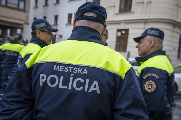 The municipal police force in Bratislava is looking for new officers.