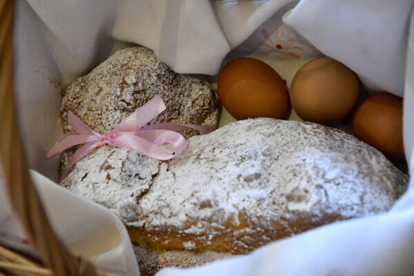 An Easter lamb cake is placed in a wooden basket.