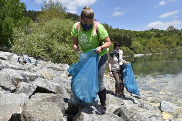 Cleaning surrounding of Liptovská Mara