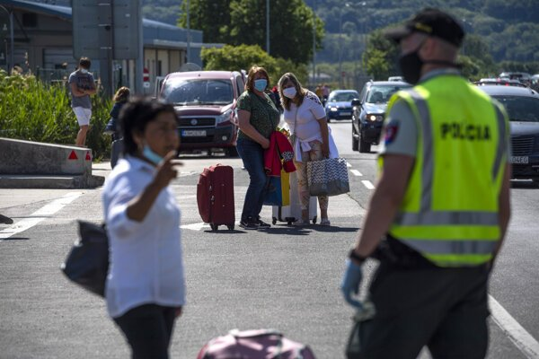 Homecomers waiting on a Slovak-Austrian border crossing on May 22, 2020.