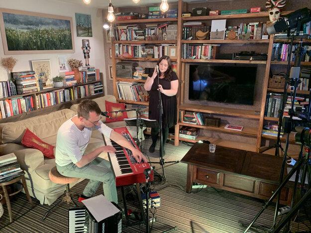 Speváčka Katarína Koščová vysiela živý koncert zo svojej obývačky 15. apríla 2021.