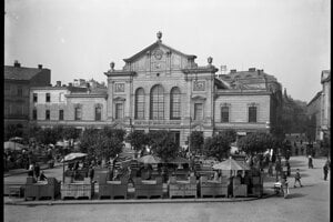 The open-air market in front of the market hall.