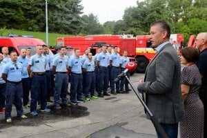 Interior Minister Roman Mikulec came to see the firefighters off.