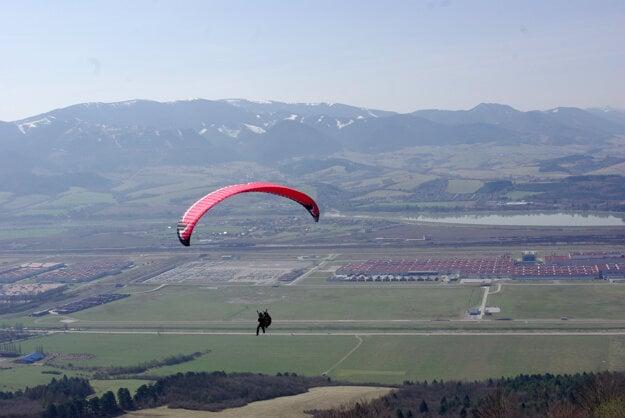 A paraglider has taken off from the Straník hill near Žilina.