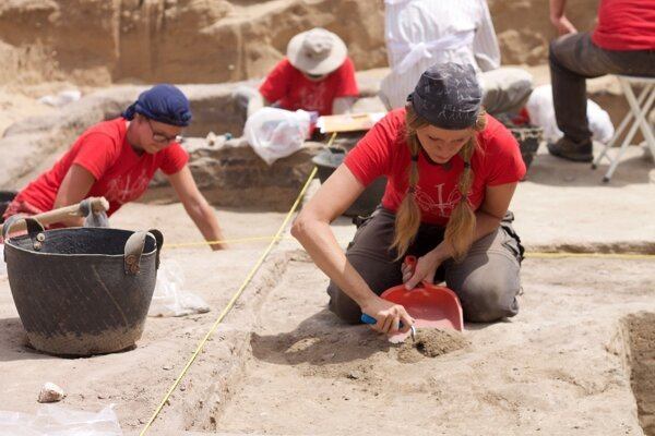 Works at an archaeological site in archaeological site Tell el-Retaba.