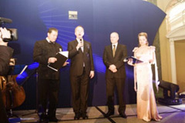 British Ambassador Roberts (second from left) and Slovak Ambassador Zervan (third left) opened the ball..