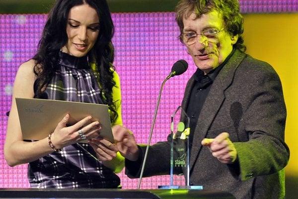 Marián Varga presents the Slavík for Female Singer of the Year to Zuzana Smatanová.