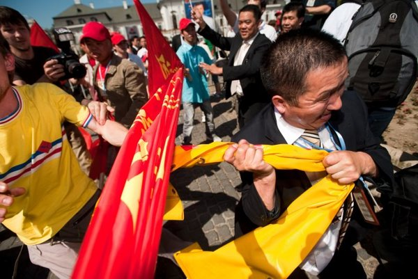 Supporters of Chinese President Hu Jintao clash with Slovak human right activists.
