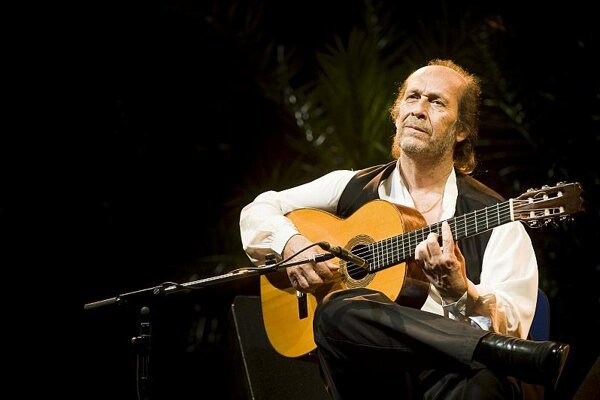 Paco de Lucía playing for the Slovak audience.