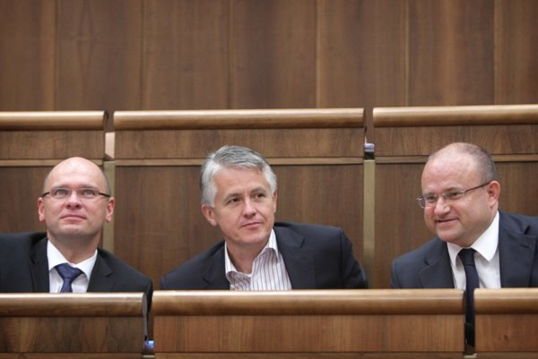 SaS leader Richard Sulík, party caucus chief Jozef Kollár, Labour Minister Jozef Mihál (l-r)  and fellow SaS members have vowed to remain united over the bailout negotiations.