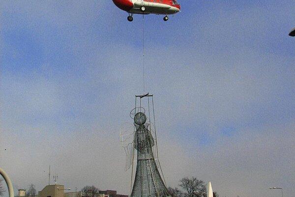 Poprad's 700-kg wire angel is carefully set in place.