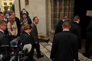 Ban Ki-moon enters the St James's Church