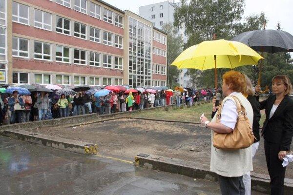 Teachers are demanding higher salaries.