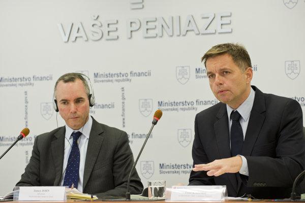 James John of IMF (l) and Slovak Finance Minister Peter Kažimír (r)